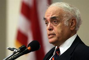 Robert Novak speaks at George Washington University, Aug. 3, 2005. AFP file photo.