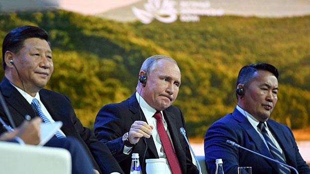China's President Xi Jinping (L), Russia's President Vladimir Putin (C), and Mongolia's President Khaltmaagiin Battulga (R), attend the plenary session of the Eastern Economic Forum in Vladivostok, Russia, Sept. 12, 2018.
