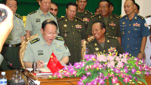 Liang Guanglie (L) and Tea Banh (R) sign a military cooperation agreement in Phnom Penh,, May 28, 2012.