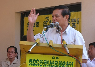 Kem Sokha addresses supporters, July 30, 2012.