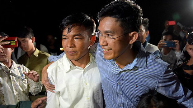 Former RFA reporters Uon Chhin and Yeang Sothearin walk out of Prey Sar Prison in Phnom Penh, Aug. 21, 2018.