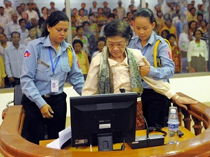 Ieng Thirith (c) stands with assistants in ECCC in Phnom Penh, April 30, 2010.