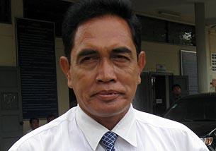 Hang Chakra outside the Phnom Penh court on June 13, 2009.