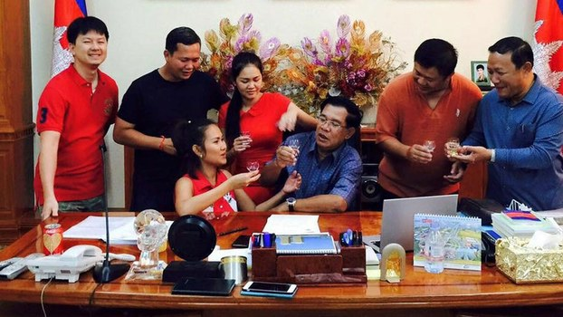 Prime Minister Hun Sen with family. Back row, from left to right: son-in-law Sok Puthyvuth; eldest son, Hun Manet; youngest daughter, Hun Maly; second son, Hun Manith; former governor of Phnom Penh, Pa Socheatvong. Front row from left to right: eldest daughter, Hun Mana; Hun Sen.
