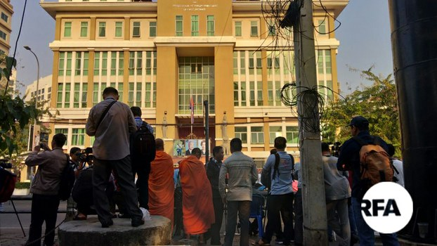 Members of the public gather outside of the Phnom Penh Municipal Court in Phnom Penh during Kem Sokha's trial on charges of treason, Jan. 15, 2020.