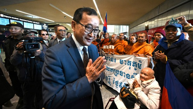 Leader of the Cambodia National Rescue Party (CNRP) Sam Rainsy salutes supporters at the Roissy-Charles de Gaulle airport, north of Paris, Nov. 7, 2019.