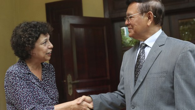 EU Ambassador to Cambodia Carmen Moreno (L) shakes hands with opposition Cambodia National Rescue Party leader Kem Sokha (R) after a meeting at his house in Phnom Penh, Nov. 13, 2019.