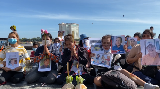 Wives of jailed CNRP activists protest outside the palace of Cambodia's King Sihamoni for their husbands' release, Nov. 13, 2020.