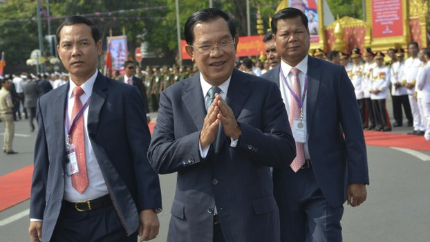 Cambodian Prime Minister Hun Sen (C) greets government officials during a celebration of Cambodia's 66th Independence Day from France in Phnom Penh, Nov. 9, 2019.
