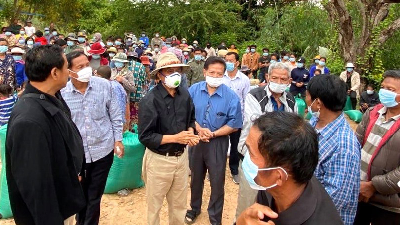 Kem Sokha distributes aid to flood victims in Banteay Meanchey province, Nov. 11, 2020.