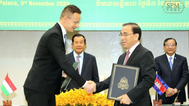 Prime Minister Hun Sen (C) oversees a signing ceremony between Hungarian Minister of Foreign Affairs and Trade Peter Szijjarto (L) and Minister of Agriculture, Forestry and Fisheries Veng Sakhon (2nd-R) in Phnom Penh, Nov. 3, 2020.