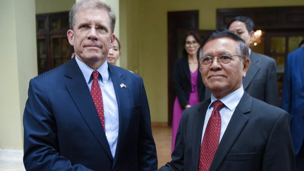 US Ambassador to Cambodia Patrick Murphy (L) shakes hands with former opposition leader Kem Sokha (R) at his home in Phnom Penh, Nov. 11, 2019.