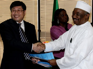 Nigerian official Malam Shehu Ladan (R) shakes hands with Chinese official Yu Zhende (L) following the signing of a Memorandum of Understanding in Abuja, May 13, 2010.