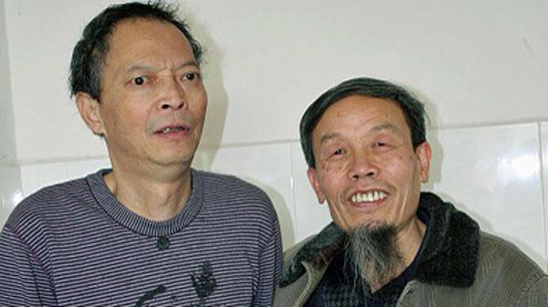 Chinese activist Zhu Chengzhi (R) visits his friend, labor rights activist Li Wangyang (L), in a hospital in Shaoyang, southern China's Hunan province, March 2012.