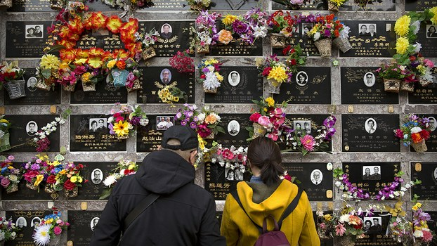 Visitors view a columbarium at the Babaoshan Revolutionary Cemetery during the Qingming festival in Beijing, April 5, 2019.