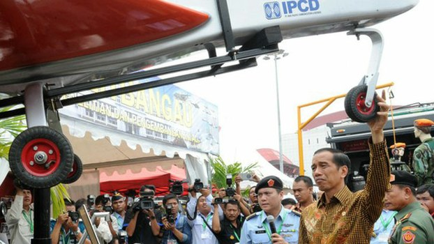 Indonesian President Joko Widodo (right) inspects an Indonesian-made drone during a defense exhibition in Jakarta, Nov. 7, 2014.