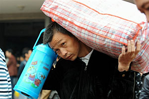 A migrant laborer returns to his home in Anhui province after being laid off from his job in Guangdong, Nov. 7, 2008.
