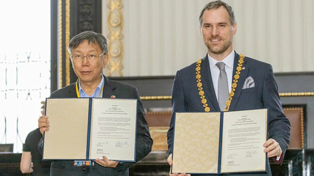 Taipei mayor Ko Wen-je (L) and his Prague counterpart Zdeněk Hřib Hřib sign a sister-city arrangement pledging pledged cooperation in business and economic development, science and technology, tourism, education, healthcare, and culture in Prague's Old Town Hall, Ja. 13, 2019.  The cities have
