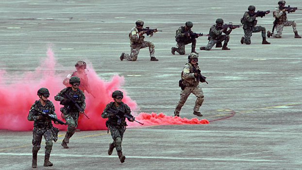 Taiwanese soldiers take part in a military drill simulating a Chinese attack at the Ching Chuan Kang Air Base in central Taiwan's Taichung, June 7, 2018.