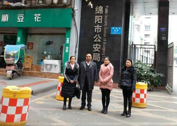 Huang Qi's defense lawyer, Li Jinglin (second, left) with activists after failed attempt to meet with Huang at the police-run Mianyang Detention Center, Dec 30, 2016.