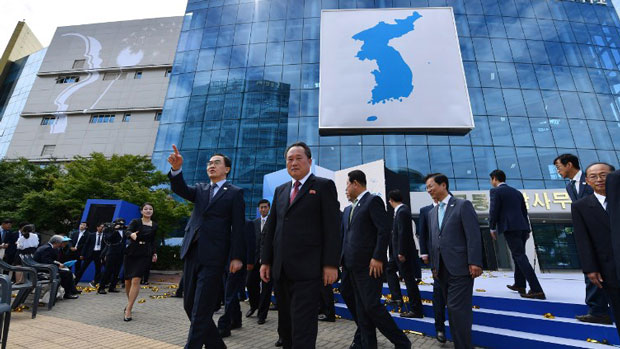 South Korean unification minister Cho Myoung-gyon (L of C) and his North Korean counterpart Ri Son Gwon (C) attend an opening ceremony of a joint liaison office in Kaesong, North Korea, Sept. 14, 2018.