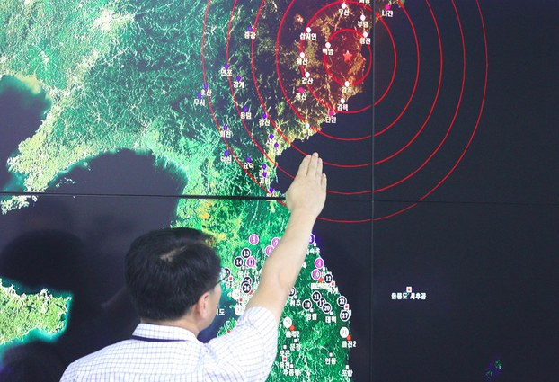 A South Korean official points to a map showing the epicenter seismic waves in North Korea, at the Korea Meteorological Administration in Seoul,  Sept. 9, 2016.