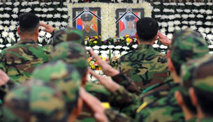 South Korean soldiers salute in front of a memorial altar for two killed marines south of Seoul, Nov. 24, 2010.
