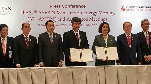 Sontirat Sontijirawong, Thailand's minister of energy (second from right) witnesses a signing ceremony for an MoU on clean energy during a four-day meeting of energy ministers of the Association of Southeast Asian Nations (ASEAN) in Bangkok, Sept. 5, 2019.