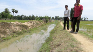 Rice farmers display the irrigation system in Khan Chor commune to which the CPP has refused access for nonmembers, Dec. 21, 2012.