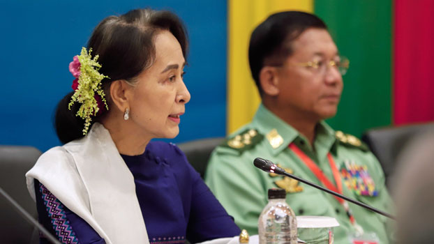 Myanmar State Counselor Aung San Suu Kyi (L) presides over a meeting with military chief Senior General Min Aung Hlaing (R) to commemorate the third anniversary of the signing of the country's nationwide cease-fire agreement, in Naypyidaw, Oct. 15, 2018.