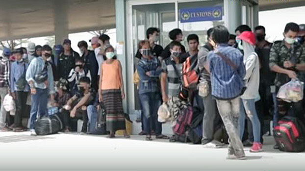 Myanmar migrant workers returning from neighboring Thailand line up at a land border crossing in Myawaddy, southeastern Myanmar's Kayin state, May 1, 2020.