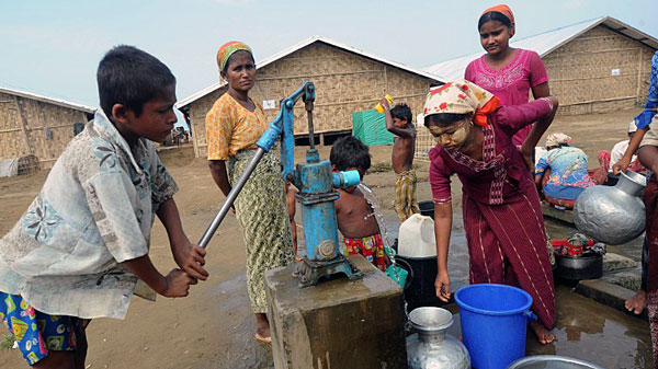 Rohingya Muslims collect water from a well near their barracks at the Bawdupah IDP camp on the outskirts of Sittwe in western Myanmar's Rakhine state, May 18, 2013.