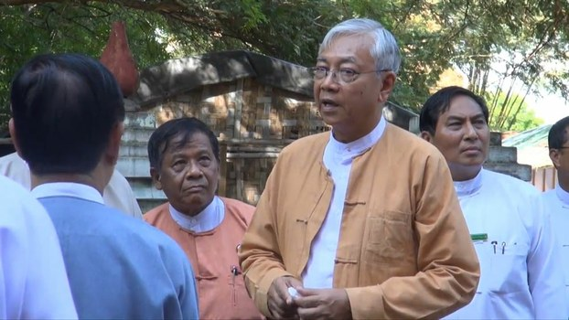 Myanmar President Htin Kyaw (second, R) visits the ancient city of Bagan to survey earthquake damage to centuries-old Buddhist pagodas, Aug. 25, 2016.