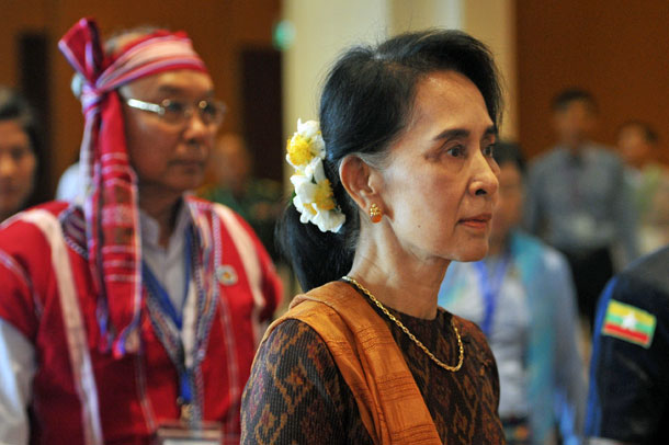 Myanmar State Counselor Aung San Suu Kyi (R) accompanied by parliamentary speaker Mahn Win Khaing Than arrives for the opening ceremony of the ASEAN Inter-Parliamentary Assembly in Naypyidaw, Sept. 30, 2016.