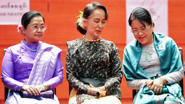 Myanmar's former first lady Su Su Lwin (L), State Counselor Aung San Suu Kyi (C), and Khan Thet Htay (R), wife of Vice President Myint Swe converse after an International Women's Day ceremony in Myanmar's capital Naypyidaw, Feb. 8, 2018.