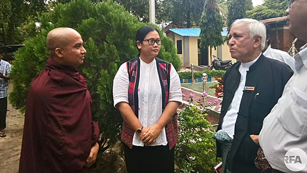 Myanmar monk U Thawbita (L) speaks with lawyer U Aung Thane (R) after surrendering to police, Sept. 28, 2018.