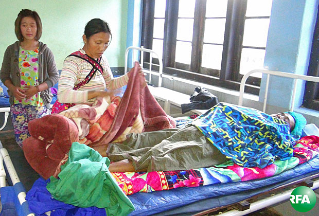 A civilian injured in fighting between Myanmar soldiers and Ta'ang National Liberation Army troops is treated at a hospital in Kyaukme township in Myanmar's Shan state, Dec. 27, 2016.