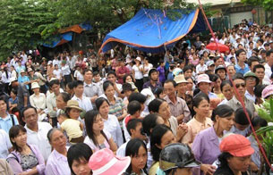 HANOI, Vietnam: Thousands of Vietnamese Catholics protest following news that talks with government officials have failed to resolve a heated property dispute.